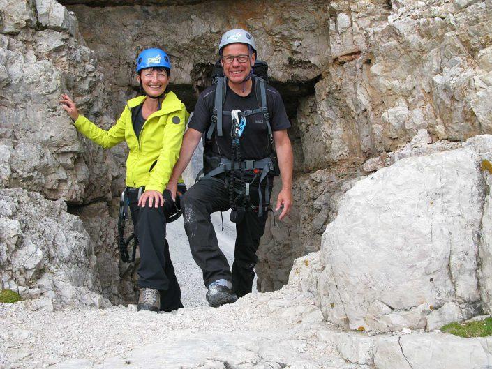 Win und Pet am Tunnelausgang, Innerkofer De Luca-Steig, Sextner Dolomiten