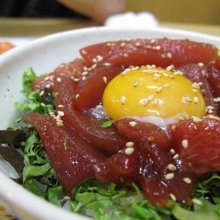 Roher Thunfisch mit Ei
