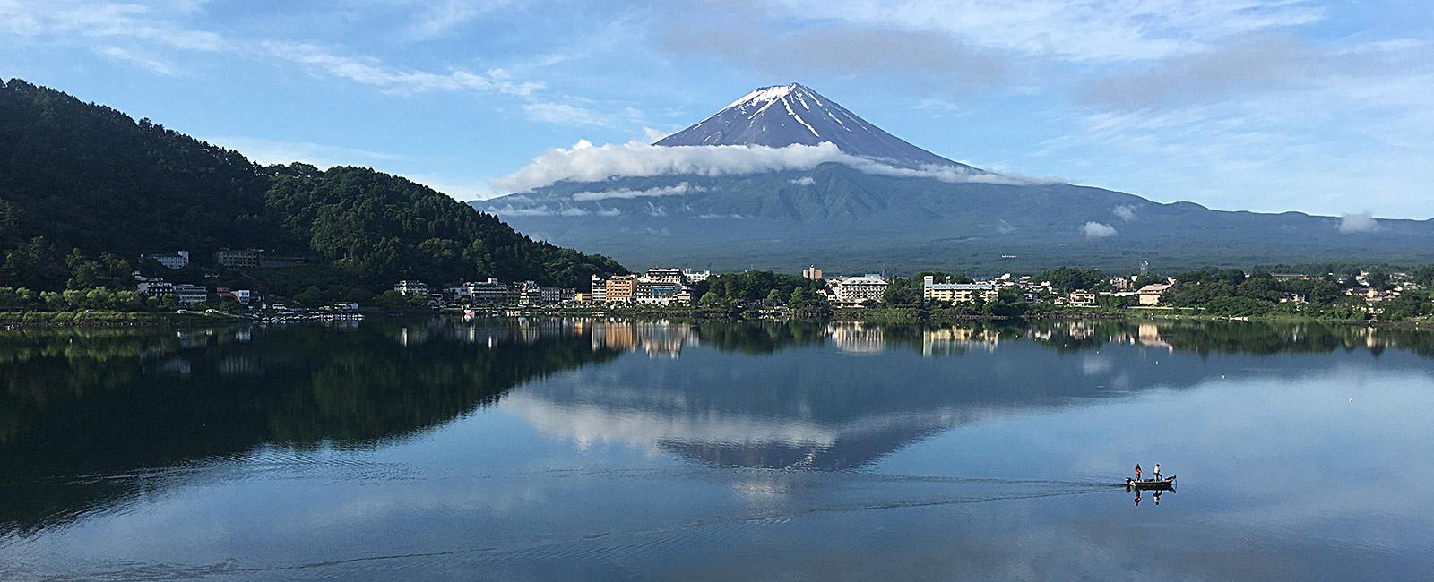 Fujisan spiegelt sich im See