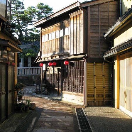 Abendsonne im historischen Teehausviertel von Kanazawa