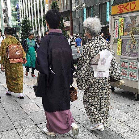 Frauen in Tokio im traditionellen Kimono