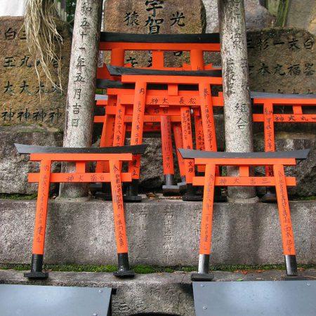 Kleine Torii für die Verstorbenen am Fushimi Inari-Taisha in Kyoto