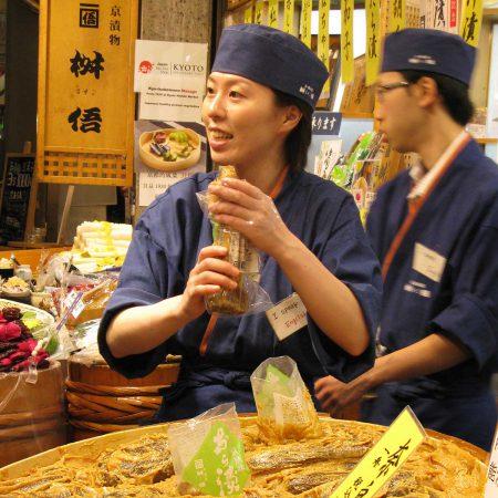 Freundliche Verkäuferin auf dem Kyoto Market