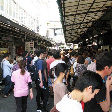 Viele Menschen drängen sich durch die Gassen des Tokio Tsukiji Market
