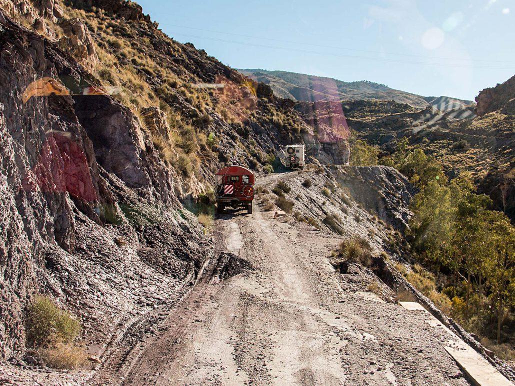 Mit unseren vier Trucks fahren wir auf einem kurvigen Bergfand im Parque Natural Sierra Alhamilla