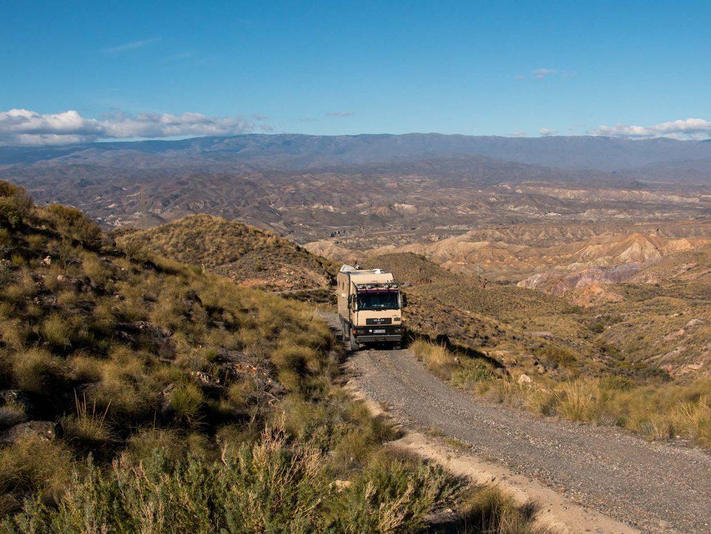 Mit unserem Truck fahren wir auf einem kurvigen Bergfand im Parque Natural Sierra Alhamilla