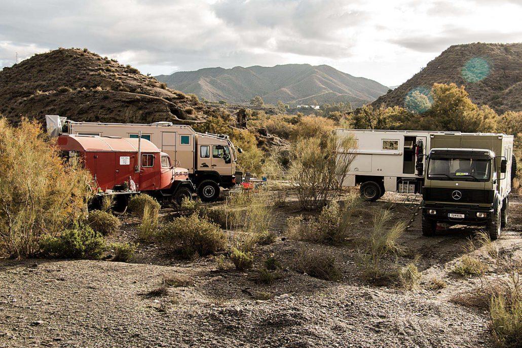 Unser freies Camp im trockenen Flussbett mit vier Fahrzeugen