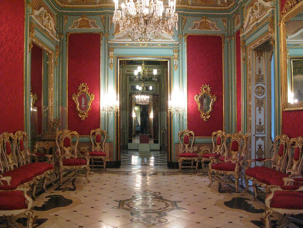 Ein roter Saal im Palacio del Marqués de Dos Aguas in Valencia