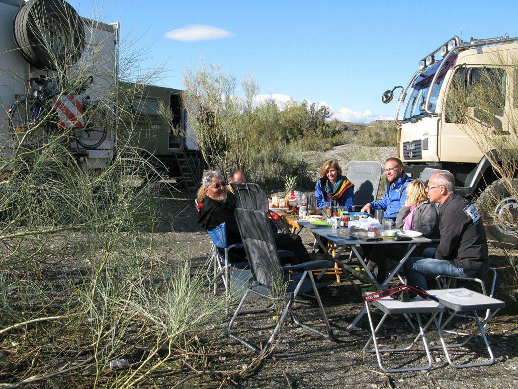 Gruppenfrühstück in unserem Camp im trockenen Flussbett