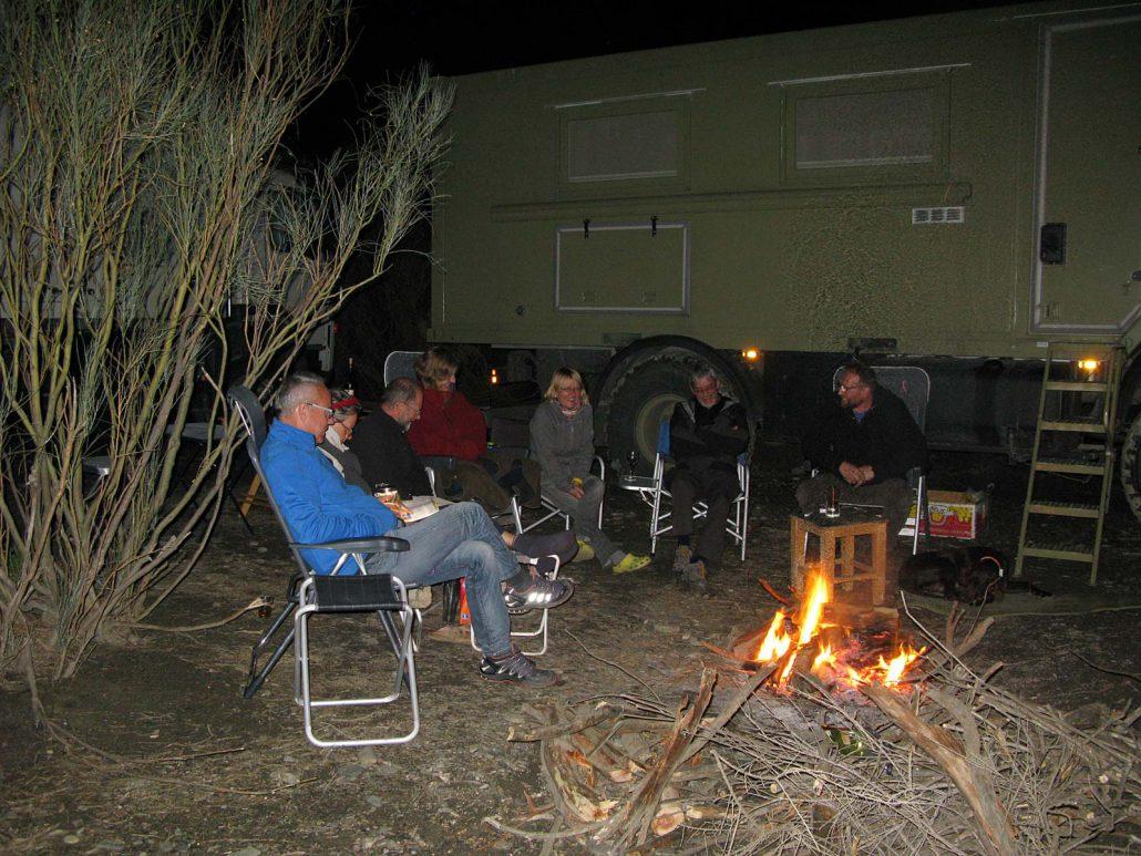 Gemütliches Lagerfeuer in der Nacht