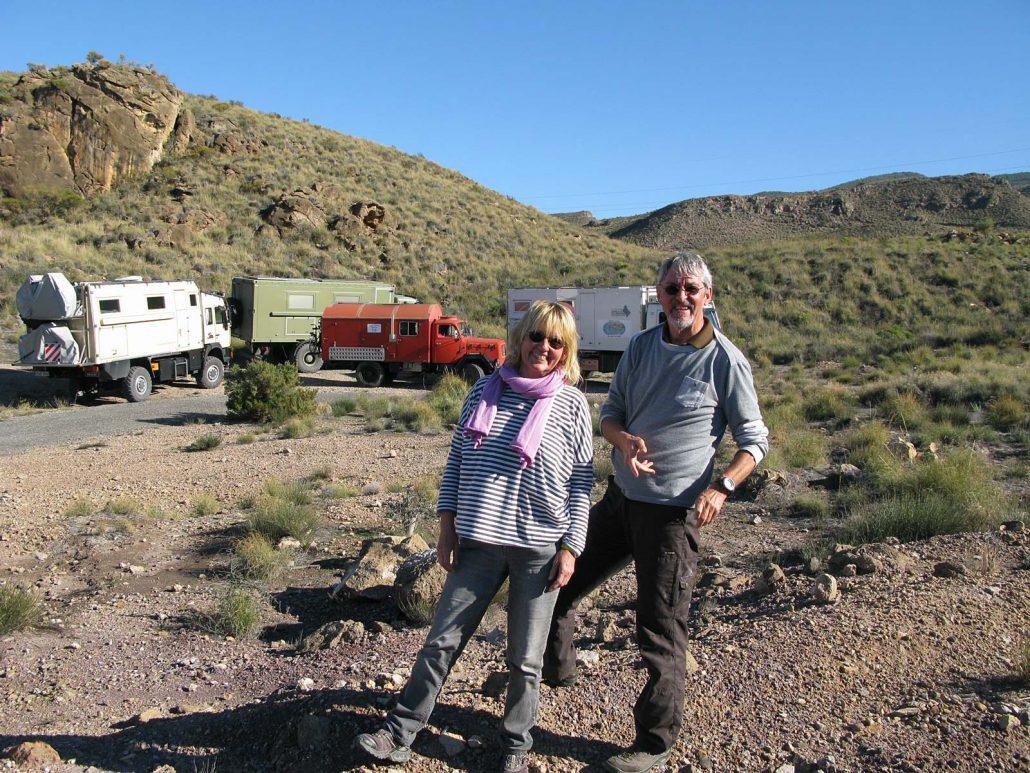 Rita und Rudi vor unseren vier Trucks in den Bergen des Parque Natural Sierra Alhamilla