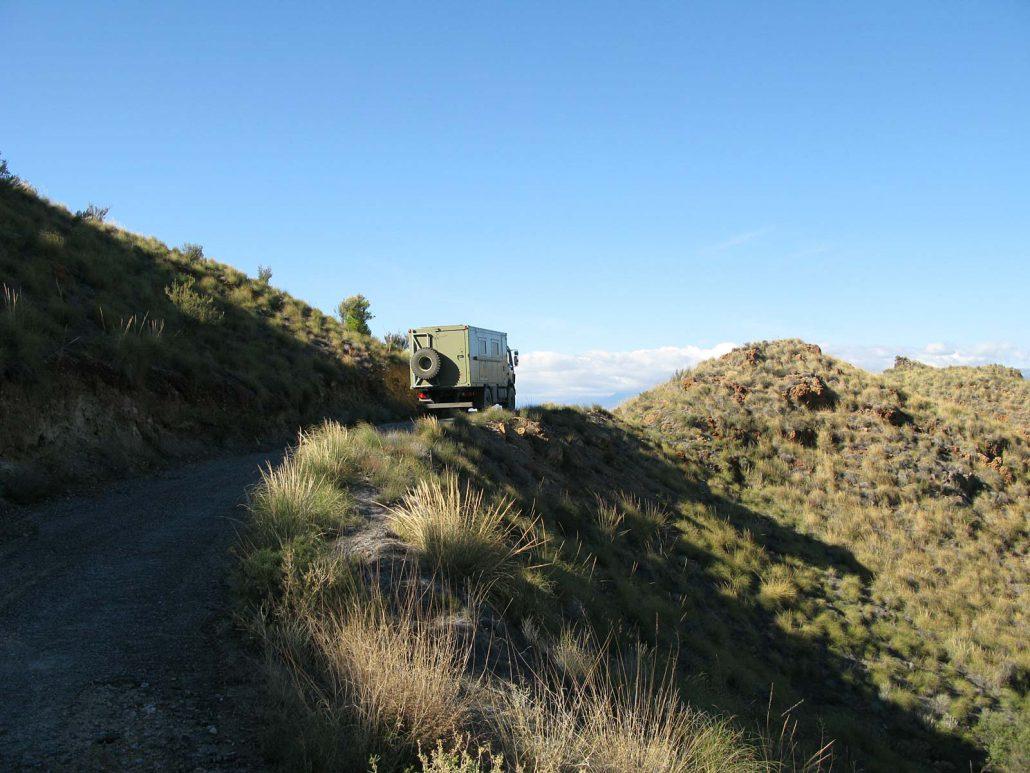 Der Truck von Helmut und Ulli auf der Bergfahrt im Parque Natural Sierra Alhamilla