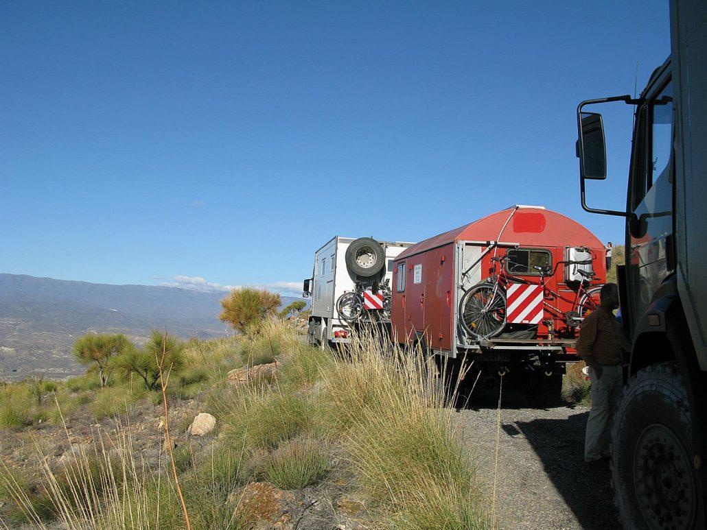 Fahrzeugkolonne mit drei LKWs in den Bergen des Parque Natural Sierra Alhamilla