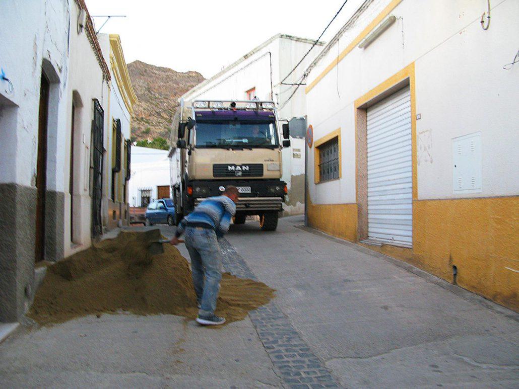 Mit unserem Truck quetschen wir uns durch eine kleine Gasse in Nijar