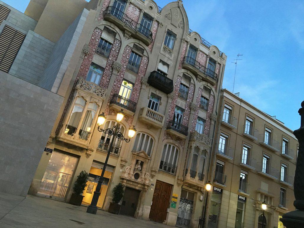 Schönes Jugendstilhaus in Valencia am Abend