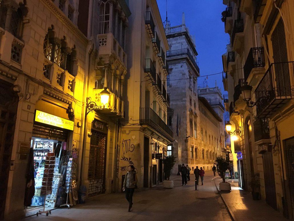 Am Abend in einer Gasse der Altstadt von Valencia