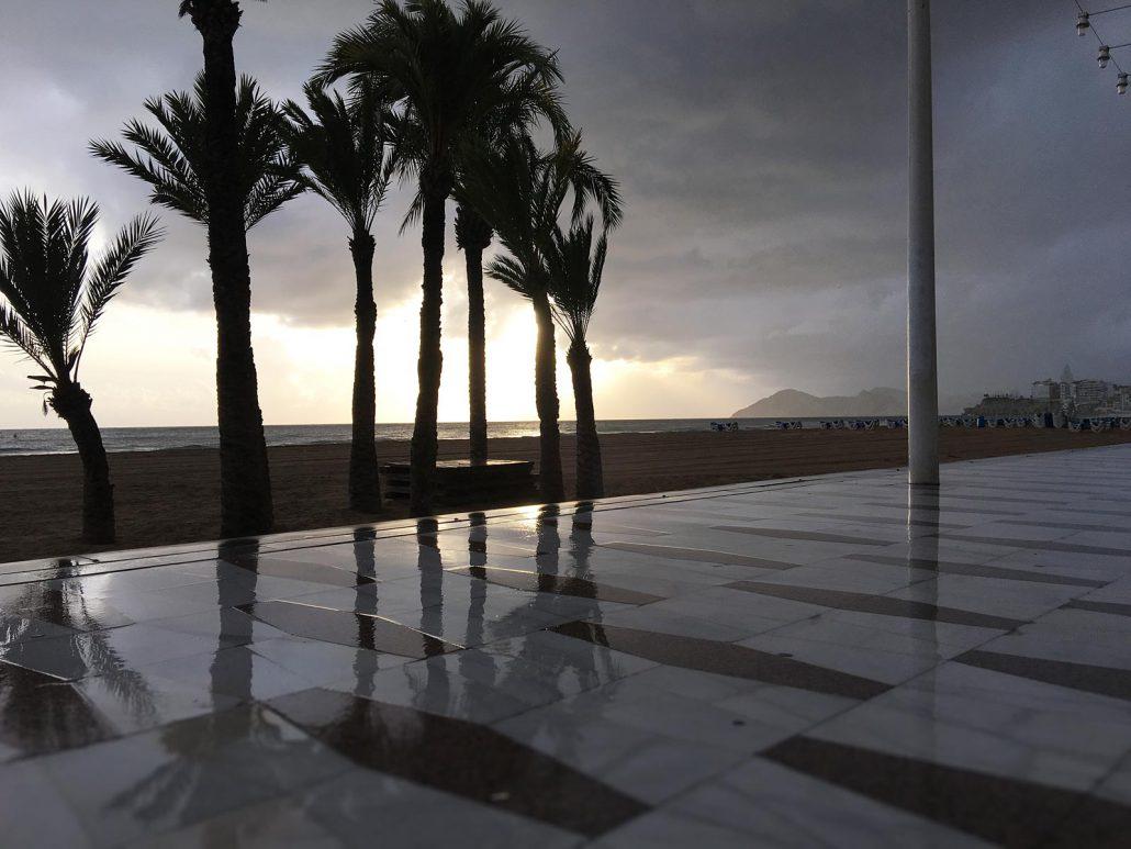 Strandpromenade in Benidorm bei herbstlichem Regen