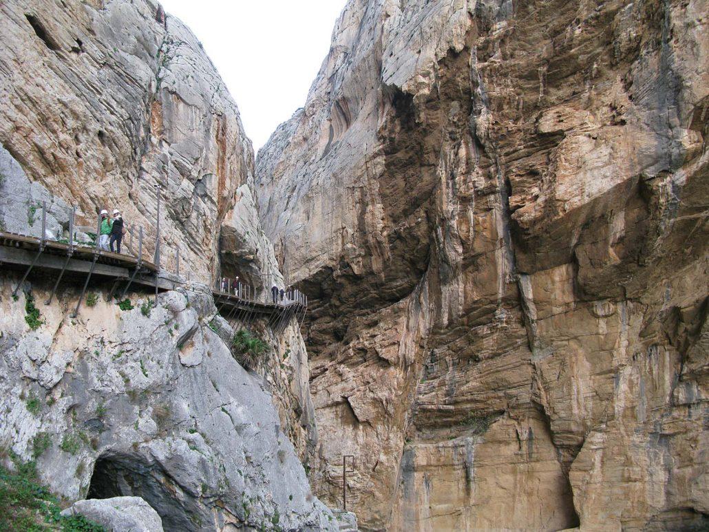 Ein schmaler Holzsteg führt entlang an steilen Felswänden in der Schlucht des Rio Guadalhorce