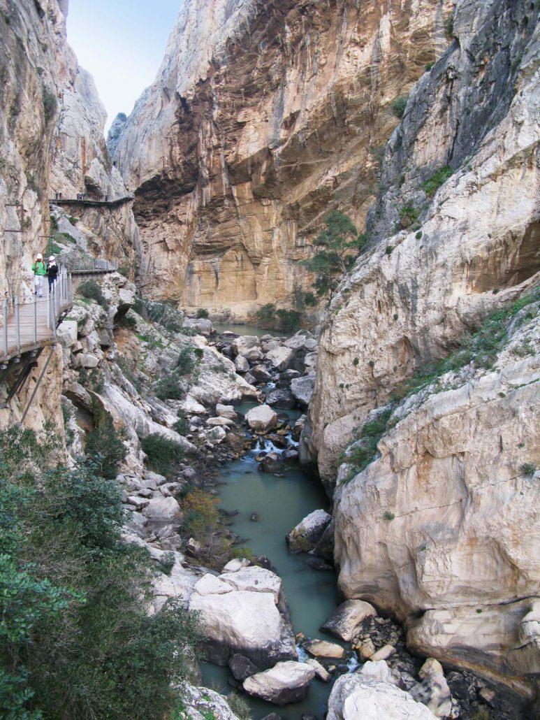 Die tiefe Schlucht des Rio Guadalhorce am Caminito del Rey