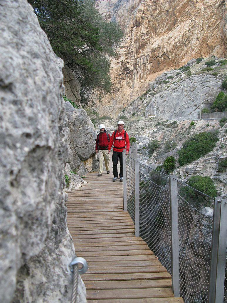 Win und Stefan laufen auf dem modernen Holzsteg des inzwischen renovierten Caminito del Rey