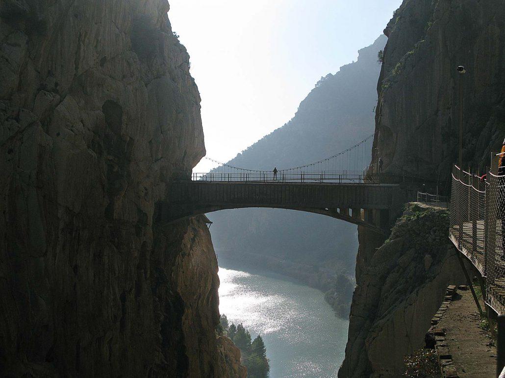 Über die Schlucht des Rio Guadalhorce führt eine Hängebrücke, unter der ein mächtiges Wasserrohr verläuft