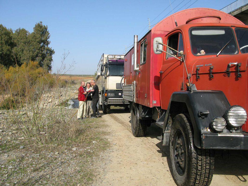 Wir freuen uns alle, weil die Querung der Furt am Rio Guadalhorce mit unseren beiden Trucks ganz leicht war