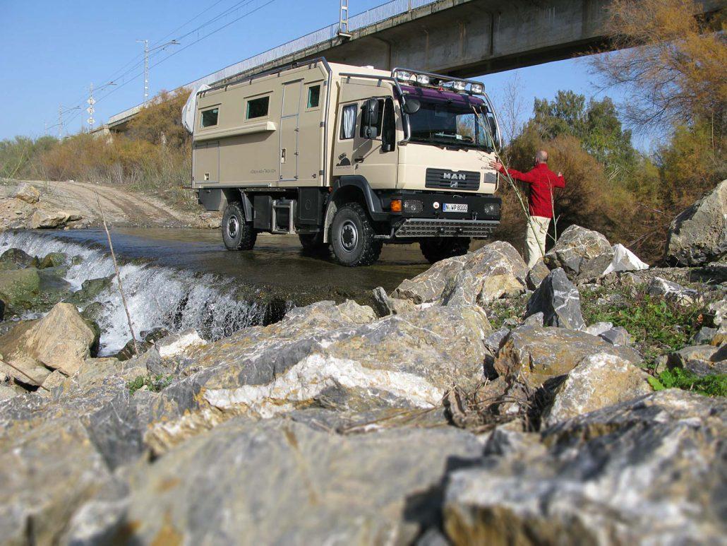 Mit unserem Truck queren wir eine Furt des Rio Guadalhorce
