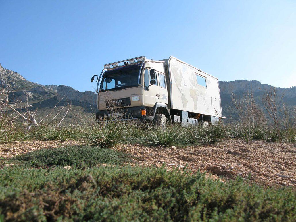 Ein schöner freier Stellplatz mit unserem Truck am Stausee Embalse del Guadalhorce