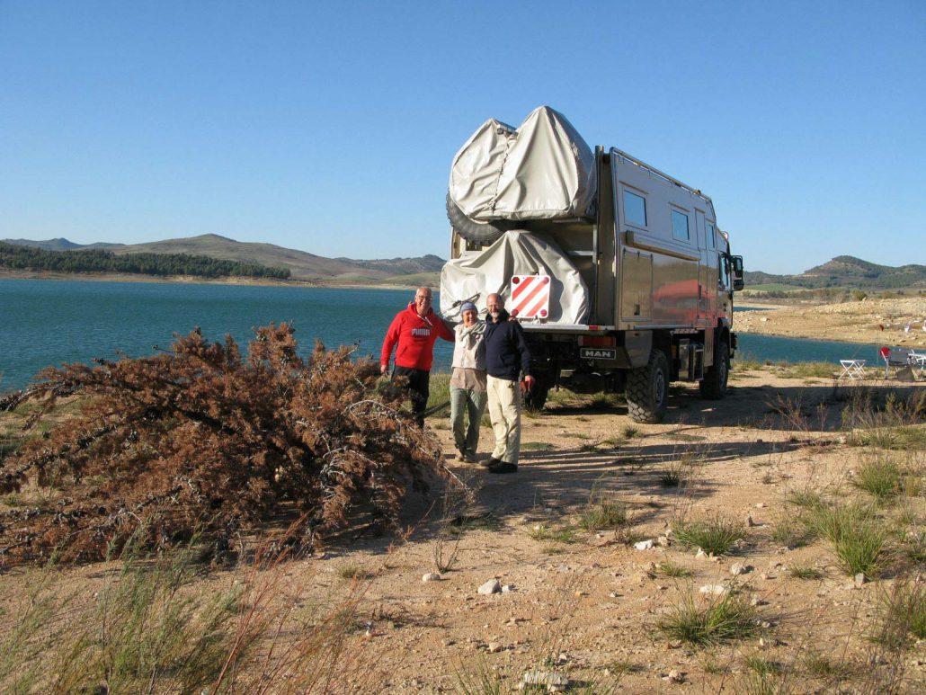 Ein abgestorbener Baum wird mit dem Truck als Feuerholz herangeschleppt