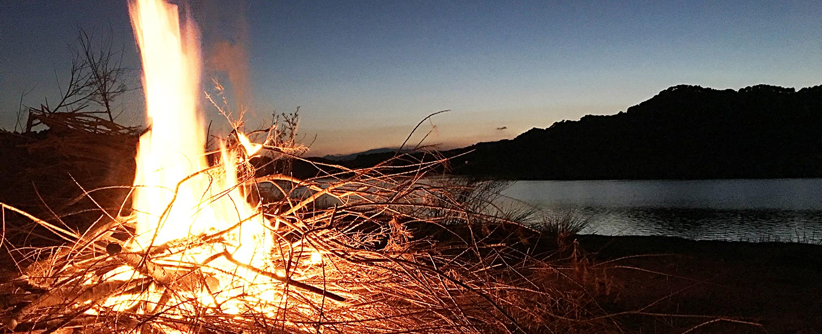 Abendliches Lagerfeuer am Embalse del Guadalhorce