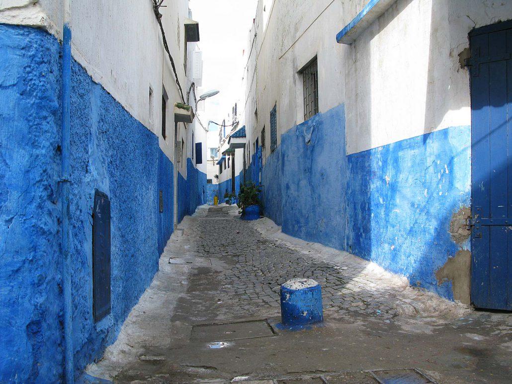 Blau gestrichene Gasse in Rabat