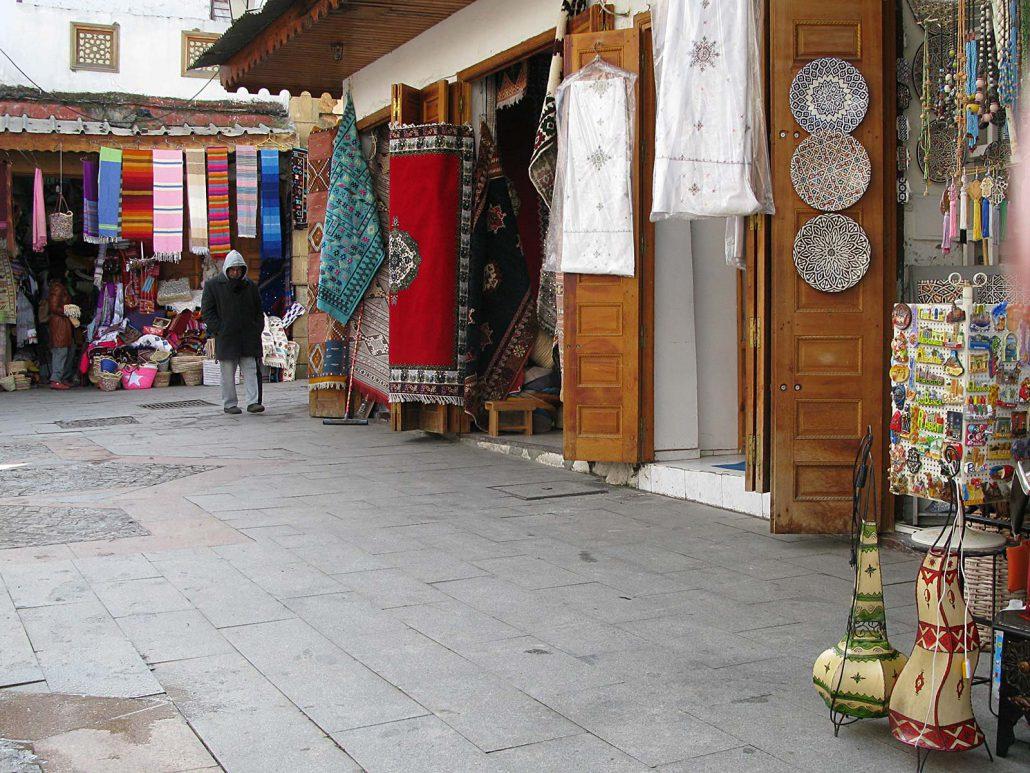 Bunte Teppiche und Souvenirs im Souk von Rabat