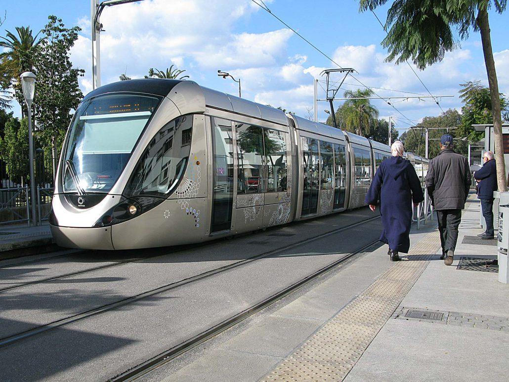 An einer Haltestelle der hochmoderne Straßenbahn in Marokkos Hauptstadt Rabat