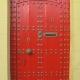 Rote Haustür mit gelbem Türstock in Rabat