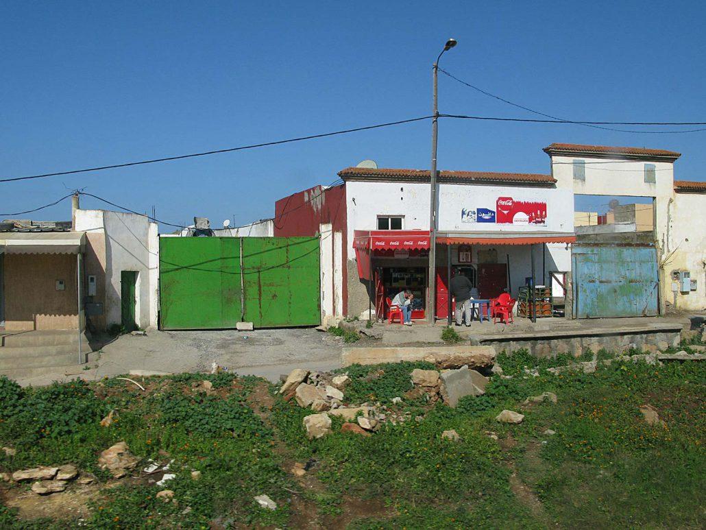 Einfache Behausungen an der Autobahn in Marokko