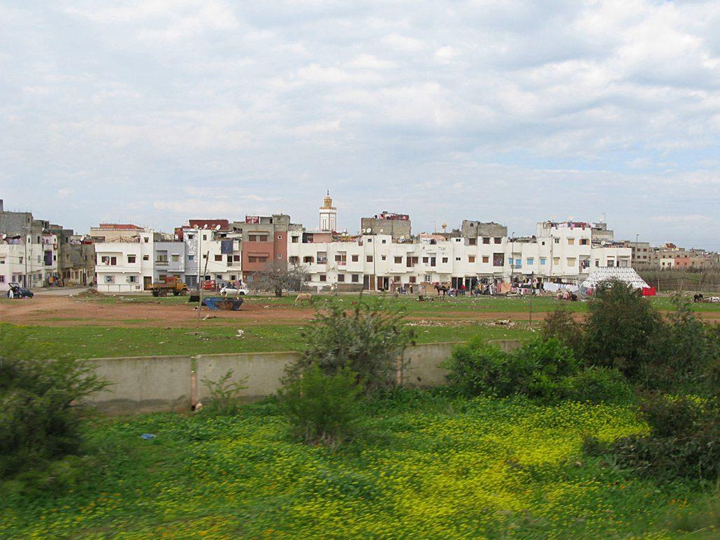 Wohnviertel an der Autobahn in Marokko