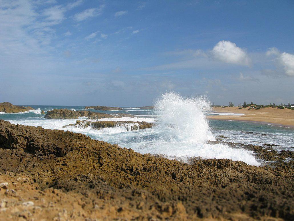 Kräftige Wellen am Strand von Oualidia am Atlantik in Marokko