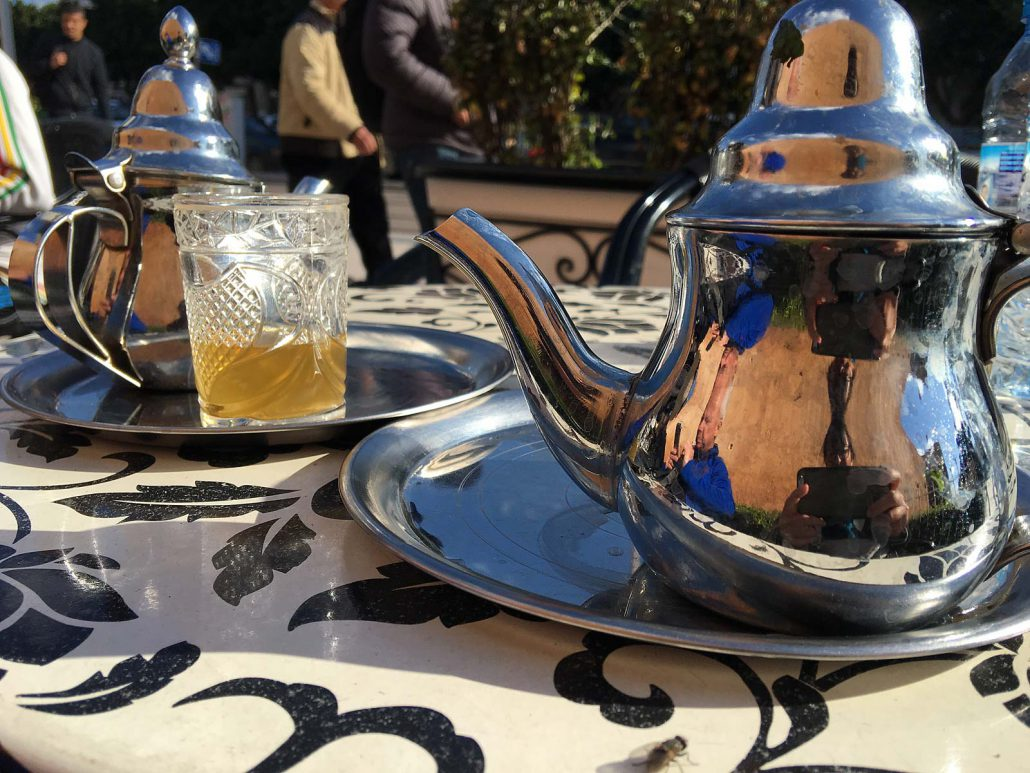 Marokkanischer Pfefferminztee im Straßencafé