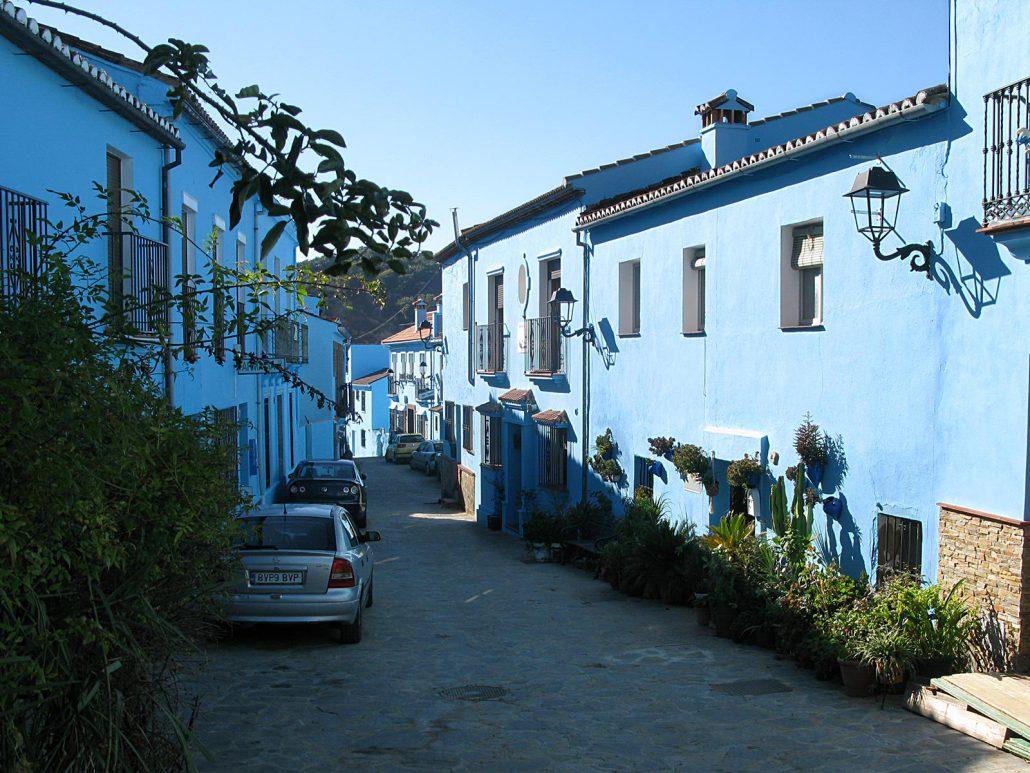 Eine Gasse mit schlumpfblauen Häusern im schlumpfblauen Ort Júzcar