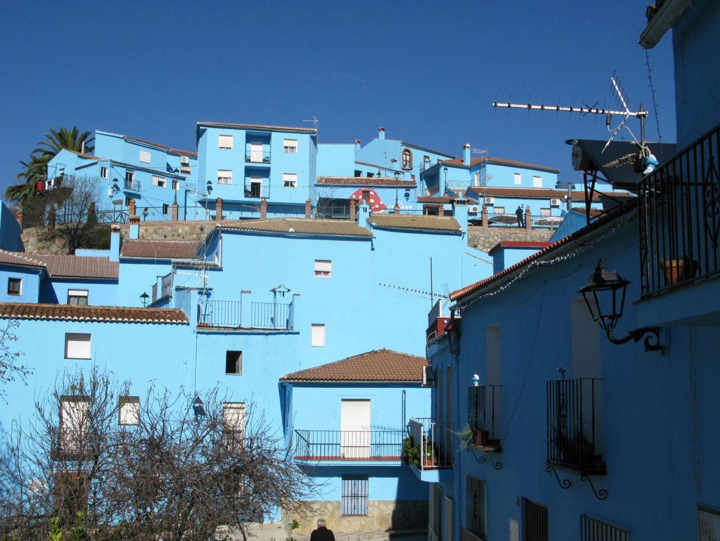 Schlumpfblaue Häuser des schlumpfblauen Ortes Júzcar