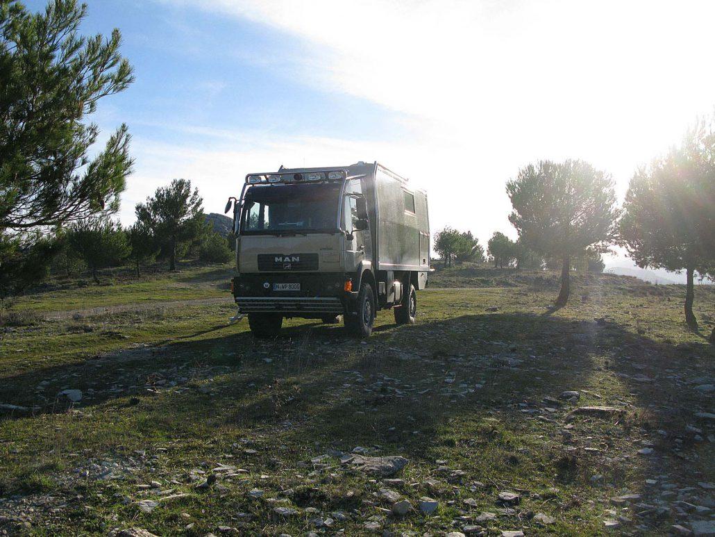 Freier Campplatz in einem Waldgebiet in der Gegend von Nieves in Andalusien