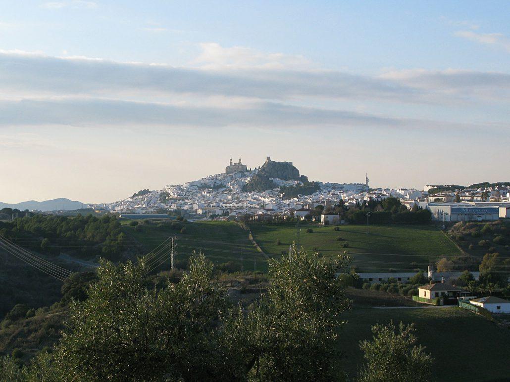 Der spanische Ort Olvera in Andalusien aus der Ferne