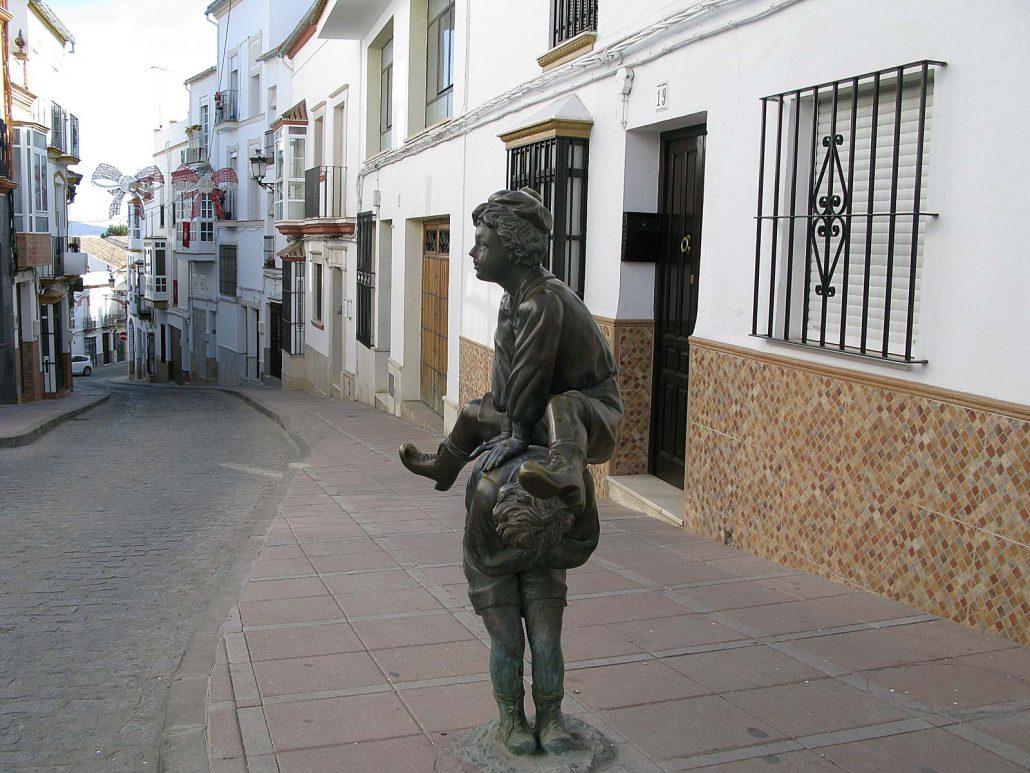 Bronzeskulptur von spielenden Kindern in einer Gasse in Olvera