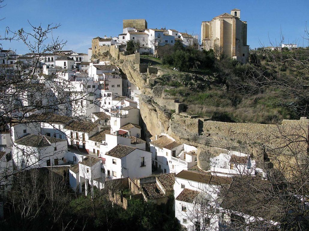 Der spanische Ort Setenil de las Bodegas in der Schlucht des Rio Trejo, Andalusien