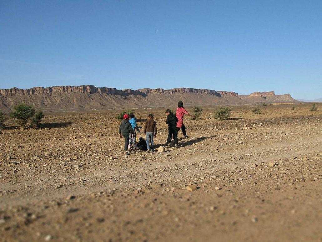 Schulkinder in der Wüste Marokkos