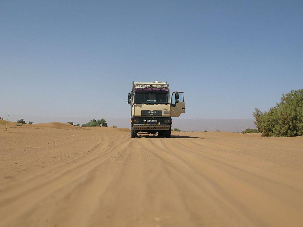 Truck in der Wüste Erg Chegaga in Marokko