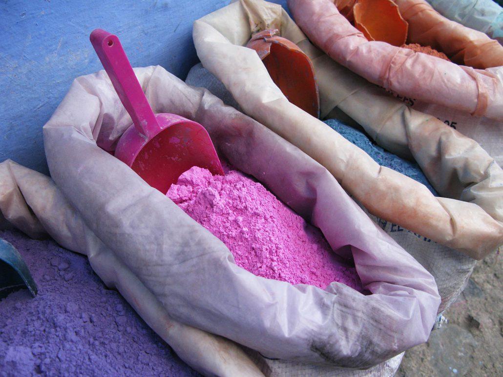Buntes Farbpulver in Chefchouen