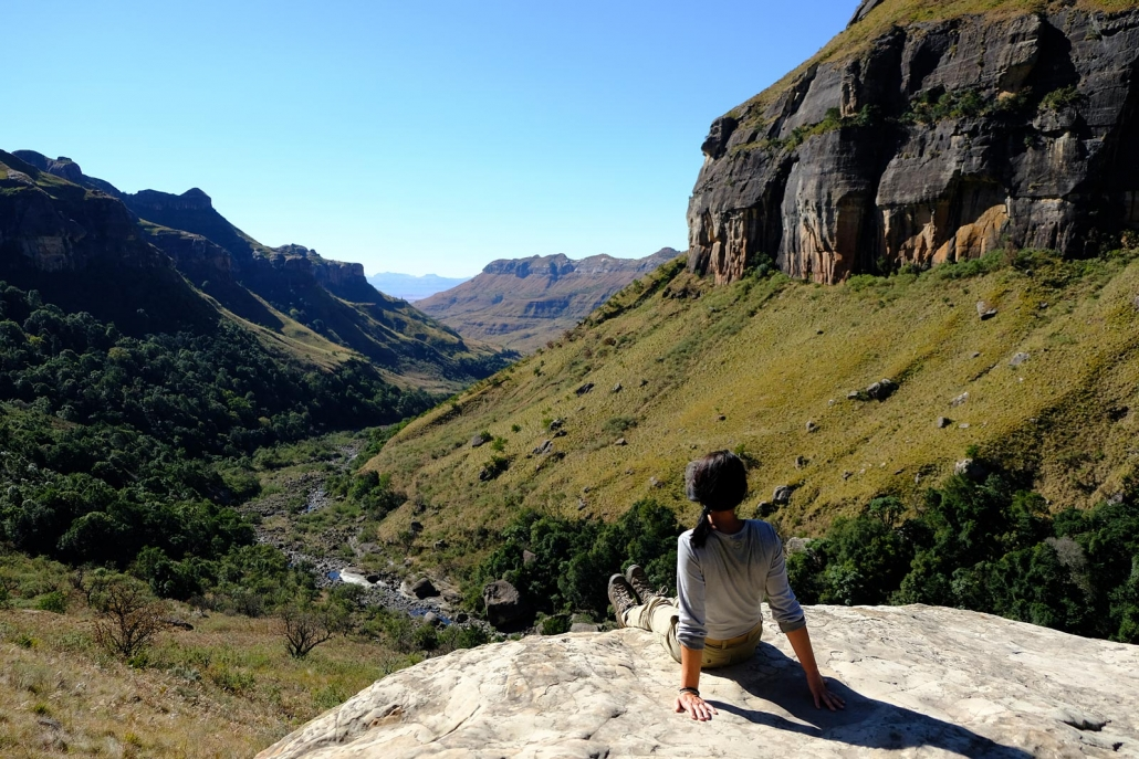 Blick in eine Schlucht im sonnigen Royal Natal National Park, Drakensberge Südafrika