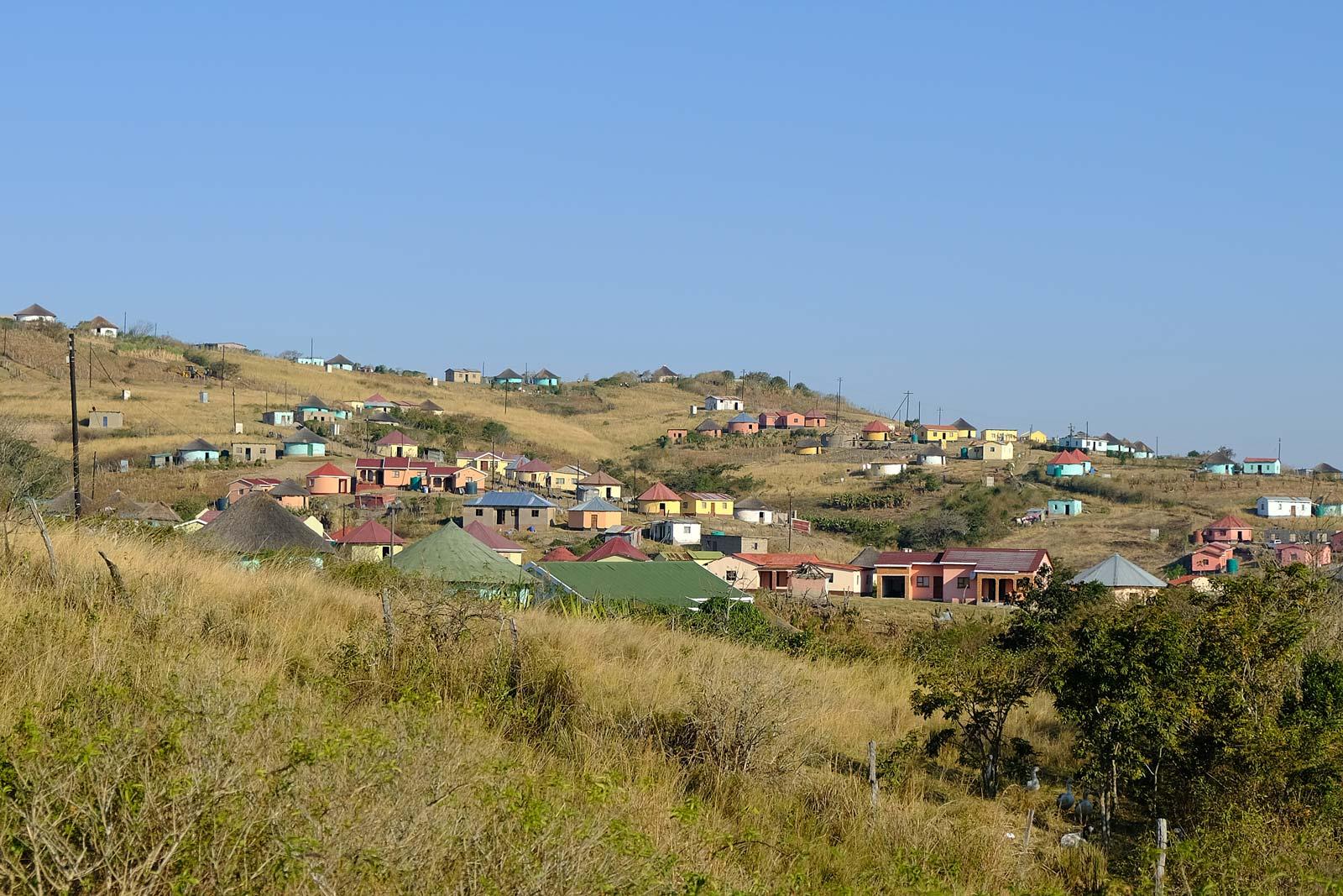 Bunte Häuser auf Hügeln an der Wild Coast