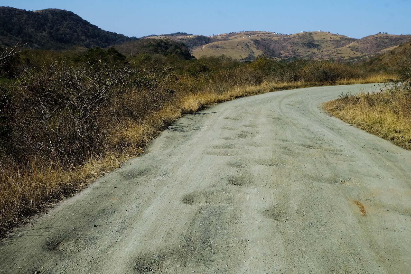 Die Straßen an der Wild Coast haben oft tiefe Schlaglöcher